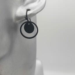wolfkat oorbellen geometrics rondjes en ovalen dubbel rondje zwart met pootafdruk